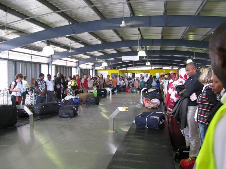 Salle d'arrivée des bagages à l'aéroport de Dzaoudzi-Pamandzi (Mayotte)