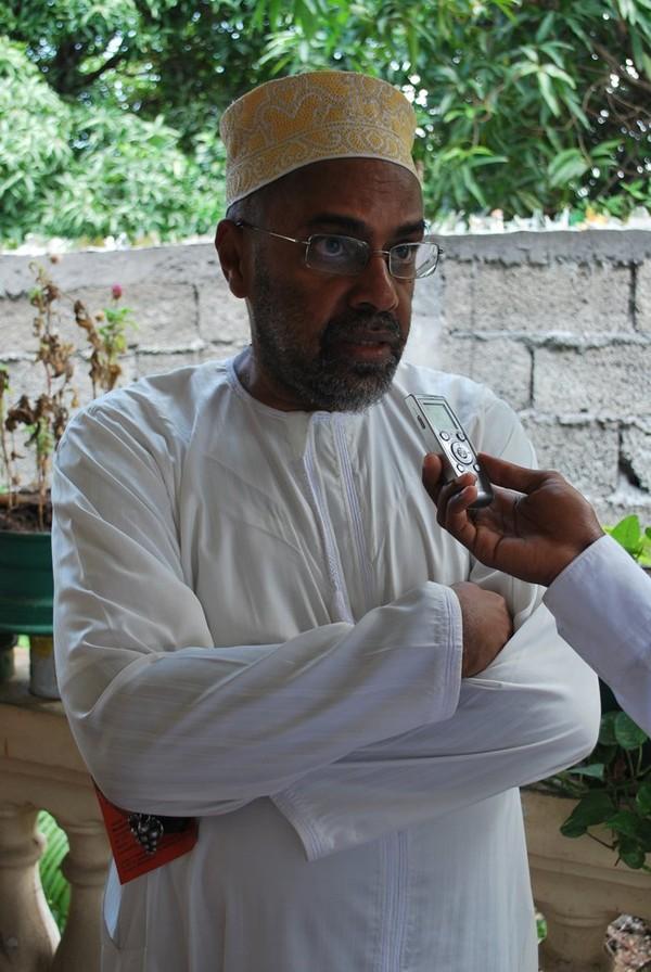 Homme vêtu d'un kandzu et coiffé d'un kofia